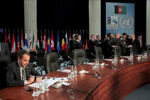 """""""Hemos quedado en charlar en la cumbre de Bucarest"""", dijo ZP, pero Bush le ignora."""